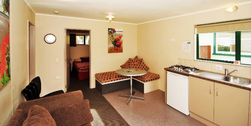 2 bedroom Park Motel – Living area (8a)
